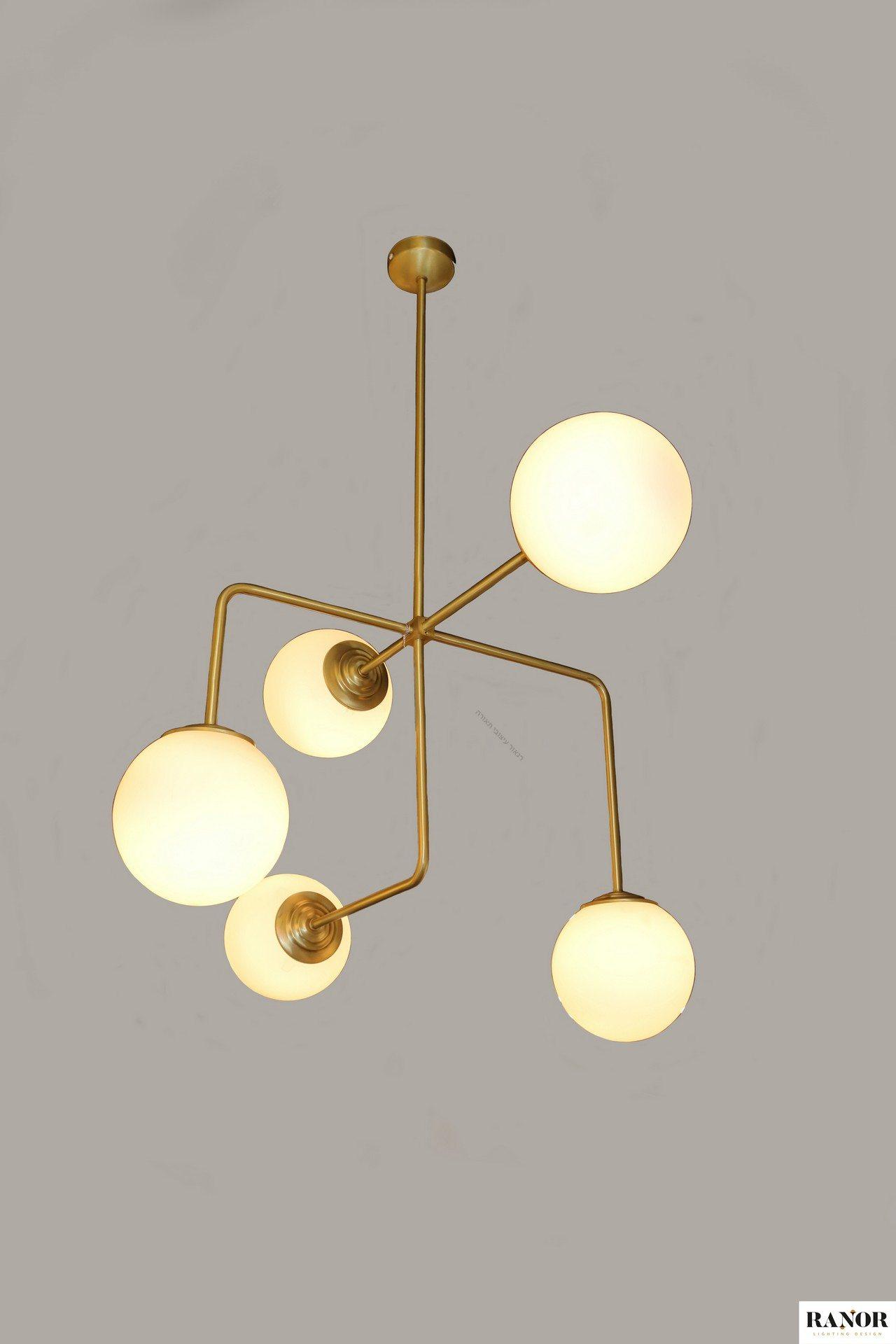 """מנורת פליז צמודת תיקרה יורדת עם מוטות עם חמישה כדורי זכוכית חלביים בקוטר 20 ס""""מ, ייצור כחול לבן של רנאור עיצובי תאורה עבודת יד, המנורה עוצבה על ידי המעצב יעקב ארז, ניתן לקבל כל אורך לפי דרישה."""