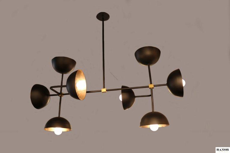 מנורת פליז צמודת תיקרה יורדת עם מוט עם 8 כיפות בצבע שחור, ייצור כחול לבן של רנאור עיצובי תאורה עבודת יד, ניתן לקבל כל אורך וצבע לפי דרישה בהזמנה אישית.