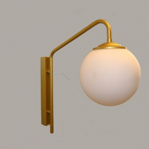 מנורת קיר מפליז עם כדור זכוכית חלבי , המנורה עוצבה על ידי המעצב יעקב ארז מבית רנאור עיצובי תאורה עבודת יד כחול לבן. ניתן לקבל בכל צבע וגודל לפי דרישה.