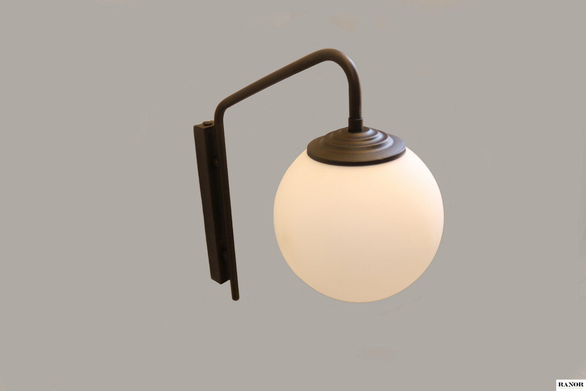 מנורת קיר מפליז בצבע שחור עם כדור זכוכית חלבי , המנורה עוצבה על ידי המעצב יעקב ארז מבית רנאור עיצובי תאורה עבודת יד כחול לבן. ניתן לקבל בכל צבע וגודל לפי דרישה.