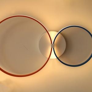2 חישוקים בקטרים שונים עיגול 1 בקוטר 80 עגול 2 בקוטר 40. גוון האור הינו 3000K.צבע לבן חם. הספק הלדים בגוף התאורה-72 וואט בתאורת לד. פסי הלד ברמה הגבוהה ביותר עם כמות לדים של 240 במטר. המנורה מתאימה לקיר ולתקרה, ניתן לקבל בכל צבע לפי דרישה.