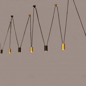 גוף תאורה צילינדר ספוט לתליה עם חוטים, הגוף תאורה תוצרת רנאור עיצובי תאורה כחול לבן עבודת יד, ניתן לקבל את הצילינדרים עם מוטות לפי דרישה ובכל צבע. הגוף עוצב על ידי המעצב יעקב ארז.