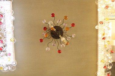 מנורת קיר עם חרוזים בצבע שחור, תוצרת רנאור עיצובי תאורה עבודת יד, ניתן לקבל כל גודל וצבע לפי דרישה.