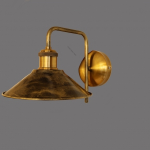מנורת קיר מחומר פליז עתיק עבודת יד, גוף התאורה עוצב על ידי המעצב יעקב ארז מבית רנאור עיצובי תאורה, ייצור כחול לבן. ניתן לקבל את הגוף התאורה בכל צבע לפי דרישה.