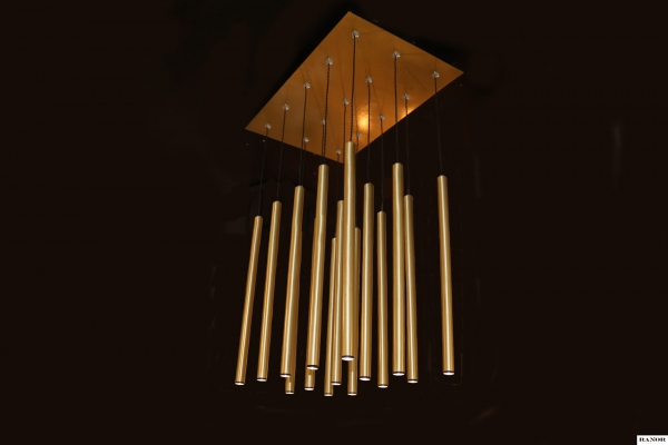 מנורת תליה עשויה כולה מחומר פליז מלוטש, המנורה עוצבה על ידי המעצב יעקב ארז מבית רנאור עיצובי תאורה, ייצור כחול לבן עבודת יד.