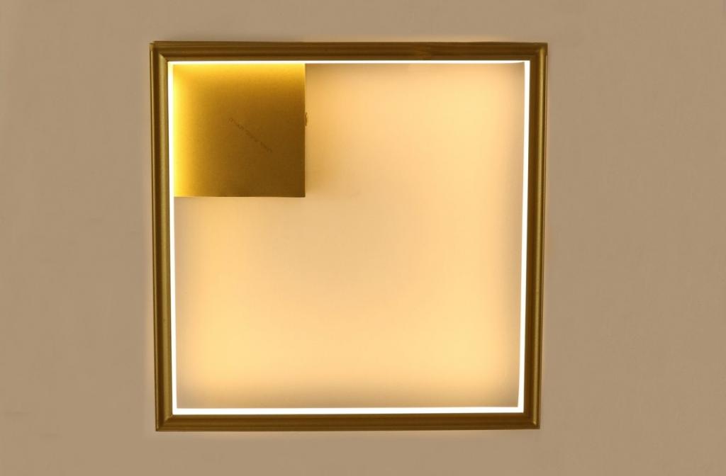 מנורת קיר פרופיל לד עשויה מחומר אלומיניום, גוף התאורה יוצר על ידי המעצב יעקב ארז מבית רנאור עיצובי תאורה, ניתן לשנות את האורכים והגדלים לפי דרישה. ייצור כחול לבן עבודת יד.